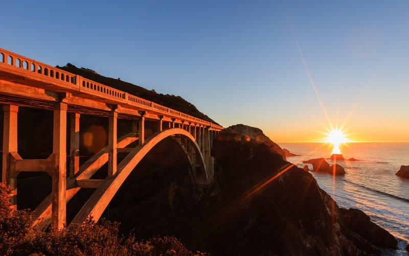la costa californiana nel suo massimo splendore. Strada sinuosa, oceano ed echi della Beat Generation