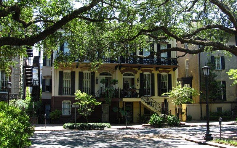 tornare indietro nel tempo passeggiando per il centro storico di Savannah, in Georgia