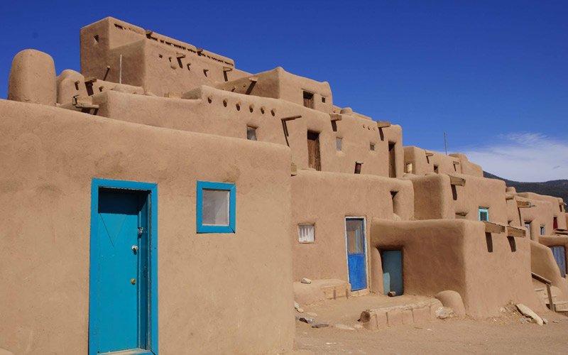 le case di fango e pietra del piccolo pueblo di Taos…e il ponte di Natural Born Killer