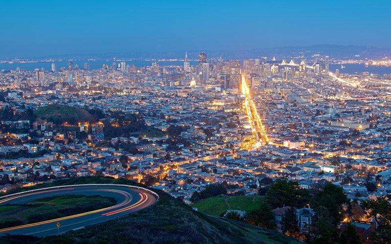 guardare l'alba o il tramonto dalle colline di San Francisco